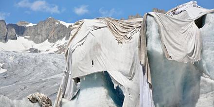 Cubren glaciar con tela