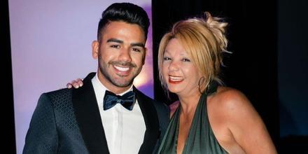 Carlos Adyan con su mamá.