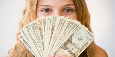Mujer con muchos dolares