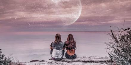 Pareja mirando la luna