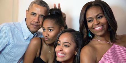 Barack Obama con sus hijas Sasha y Malia, y su esposa Michelle Obama