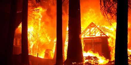 Una cabaña se quema por el incendio Caldor cerca de Phillips, California. REUTERS   Fred Greaves