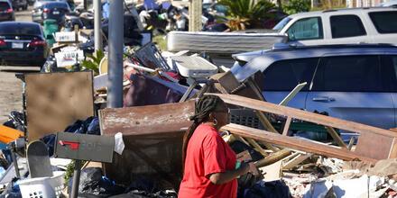 Sheryl Campbell caminaba entre los escombros de su casa en LaPlace, Luisiana, el 10 de septiembre de 2021.