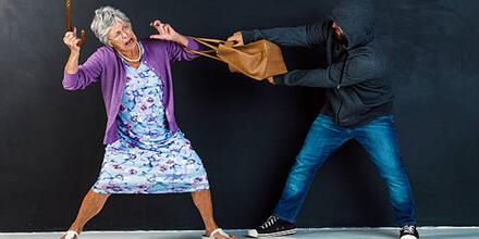 Anciana forcejea con ladrón