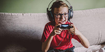 Niño adicto a videojuegos