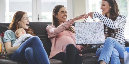 10 regalos que le puedes dar a cualquier mamá y sus bebés | Telemundo