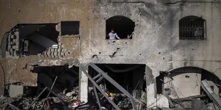 Palestinos inspeccionan su casa destruida después de los ataques aéreos israelíes en la ciudad de Beit Lahiya, en el norte de la Franja de Gaza, el jueves 13 de mayo de 2021.