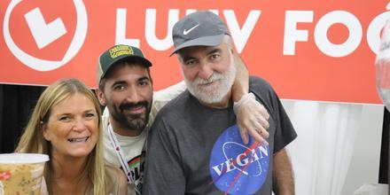 Silvia Lucci (izquierda) y su esposo (centro), los creadores de LUHV Foods.