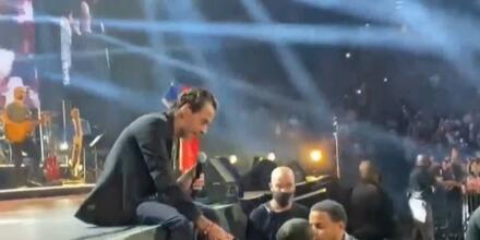 Marc Anthony cantándole a un niño invidente en un concierto