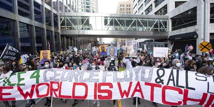 Protestas masivas en Minneapolis durante el juicio contra Derek Chauvin.