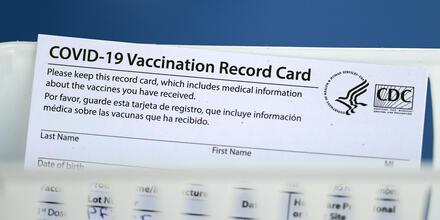 Un carnet de vacunación oficial en un centro de inmunización contra el COVID-19 en Texas, el 16 de marzo de 2021.