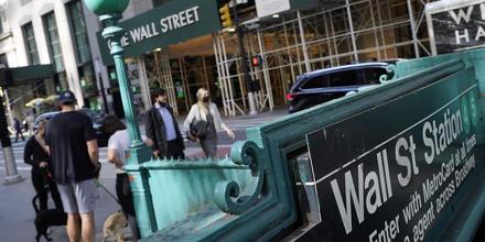 Personas caminando cerca de la estación del metro de Wall Street.