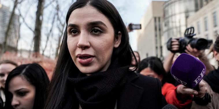 Emma Coronel Aispuro sale de la corte federal de Brooklyn en Nueva York