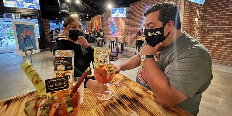 Restaurante La Chuperia en Los Ángeles se prepara para las celebraciones de Cinco de Mayo en medio de la relajación de las restricciones por el COVID-19.