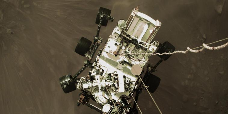 Esta foto del jueves 18 de febrero de 2021 proporcionada por la NASA muestra al rover 'Perseverance' bajando hacia la superficie de Marte.