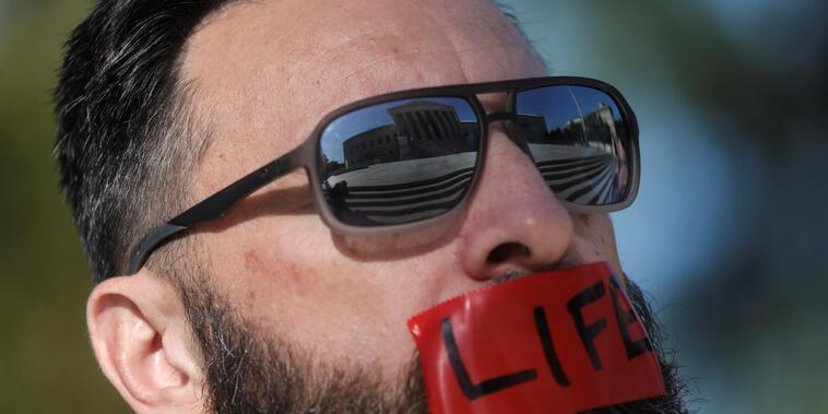 Un miembro del grupo activista antiabortista Bound4LIFE.