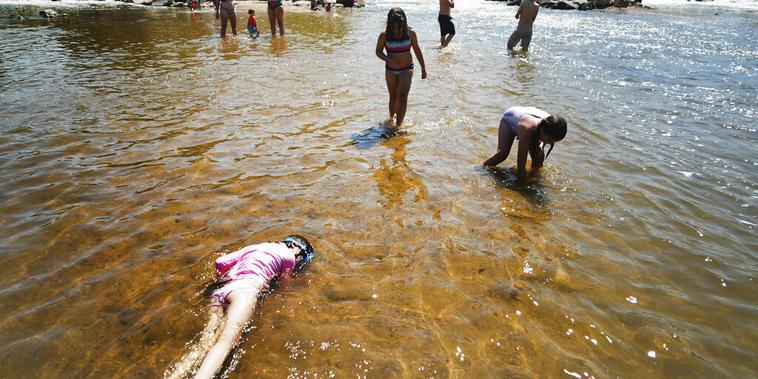 Niños juegan en el río South Plate, en Denver, Colorado