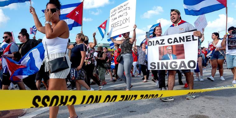 Protesta en apoyo a los manifestantes en Cuba, en Hialeah, Florida.
