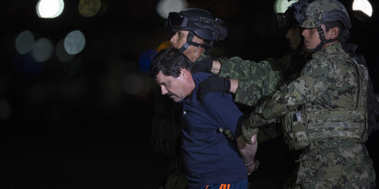 Joaquín  'El Chapo Guzmán', escoltado por las autoridades en México luego de su captura, en 2016.