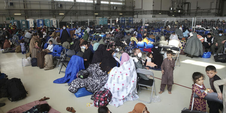 Los evacuados de Afganistán esperan junto a otros evacuados para volar a Estados Unidos.