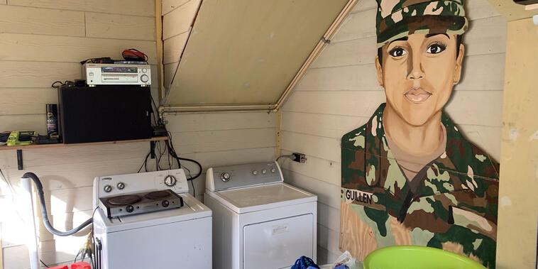 La lavandería en la parte trasera de la casa de la familia Guillén, presidida por el retrato de su hija mayor, que se convirtió en un emblema de las denuncias de las malas prácticas en el seno de las Fuerzas Armadas.