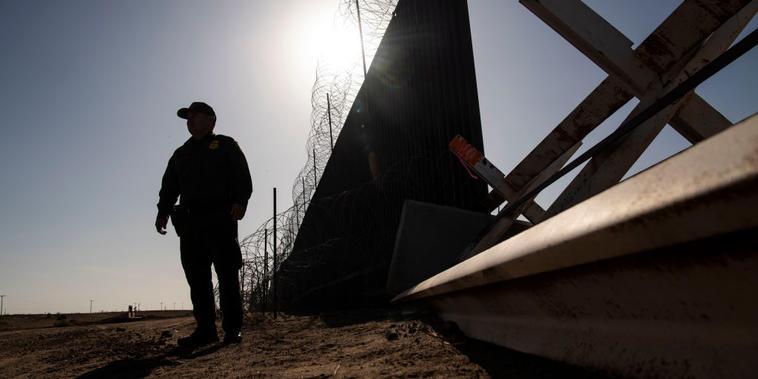 Un agente de la Patrulla Fronteriza junto a la frontera