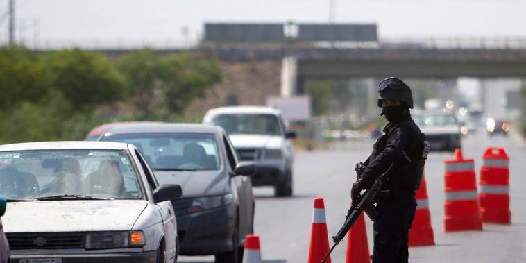Un miembro de la Policía Federal monta guardia en un puesto de control en la ciudad fronteriza de Reynosa