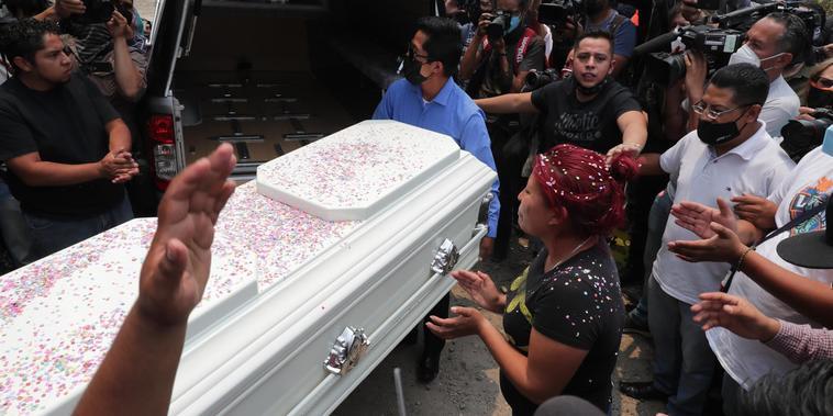 Familiares y amigos despiden a Brandon Giovanni, el niño fallecido en el colapso del metro, en Ciudad de México.