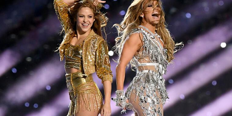 Shakira y Jennifer Lopez tras finalizar su presentación en el Super Bowl LIV Halftime Show en el estadio Hard Rock de Miami en 2020, un mes antes de que comenzara la pandemia.