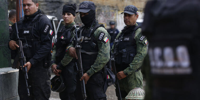 Miembros de las fuerzas especiales (FAES) en un operativo en La Cota 905 neighborhood el 9 de julio.