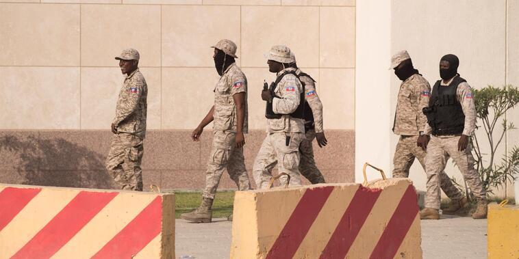 Policías custodian la embajada de Estados Unidos.