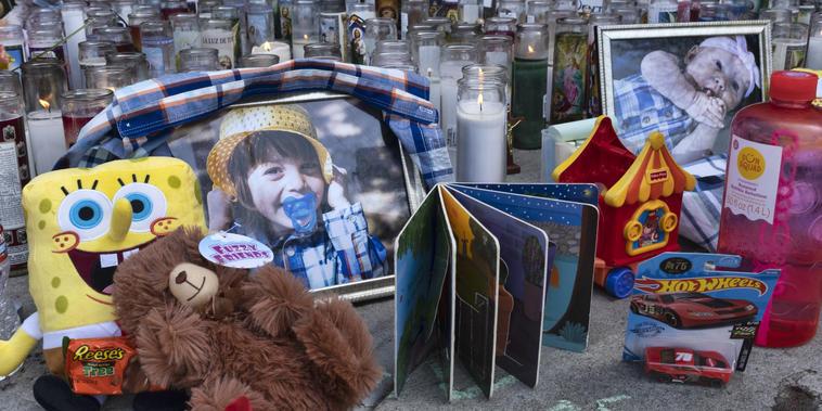 Homenaje a los tres niños fallecidos en el complejo de apartamentos Royal Villa en Reseda, Los Ángeles.