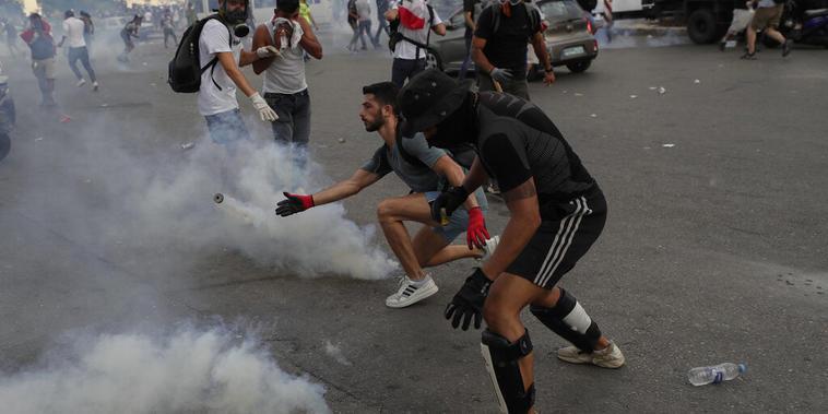 Manifestantes chocan con la policía durante una protesta en Beirut contra la élite política libanés tras una mortífera explosión en la ciudad.