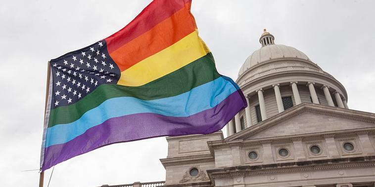 Una bandera del arco iris frente al Capitolio del Estado de Arkansas, ubicado en Little Rock.