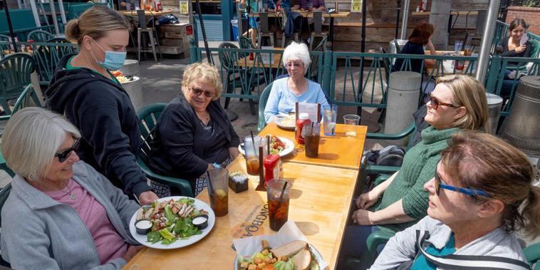 Un grupo de mujeres almuerza en el restaurante The Longboard, en Huntington Beach, California