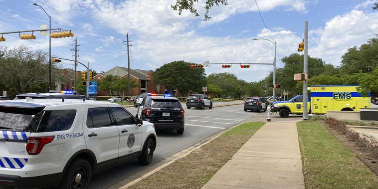 Las autoridades trabajan en el lugar de Austin, Texas, donde este domingo se produjo un tiroteo que dejó tres muertos.