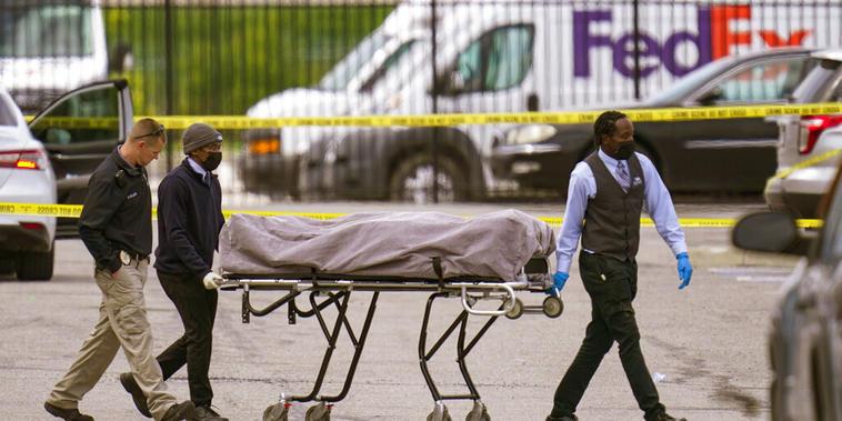 El cuerpo de una de las víctimas es sacado de las instalaciones de FedEx, en Indianápolis
