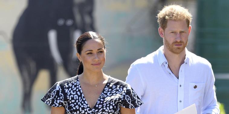 Meghan Markle y príncipe Harry con ropa casual