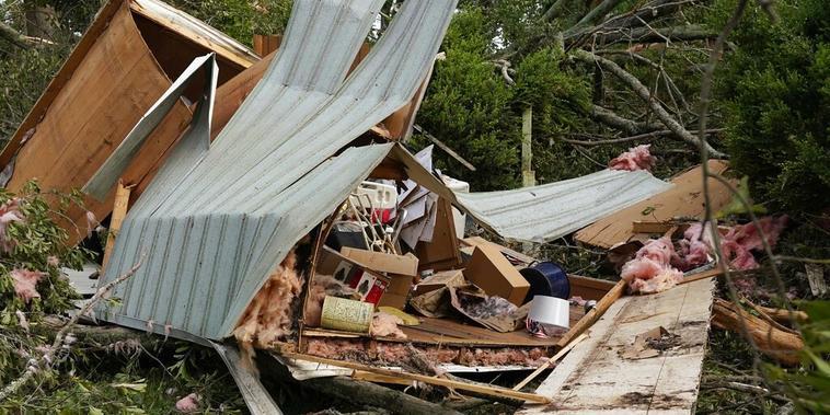 Dos casas móviles quedaron destrozadas tras el paso del tornado en el condado de Yazoo, Mississippi.