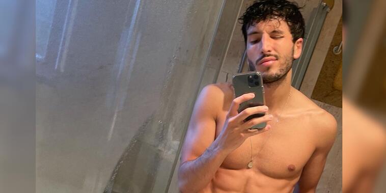 Sebastián Yatra posando sexy