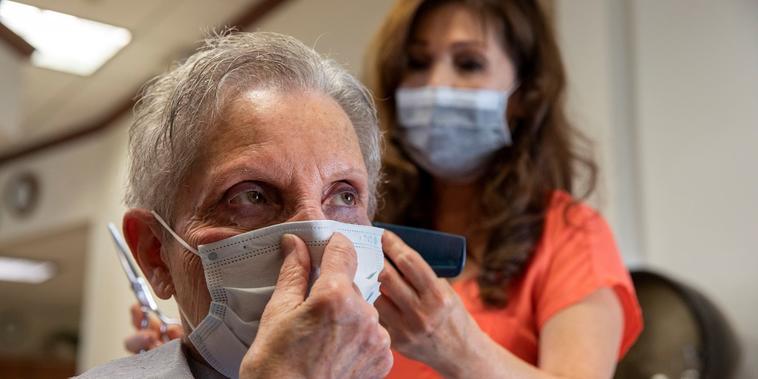 Los CDC permiten que las personas vacunadas dejen de usar mascarillas