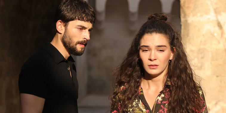 Los protagonistas de la serie turca Hercai: Ebru Şahin y Akin Akinözü