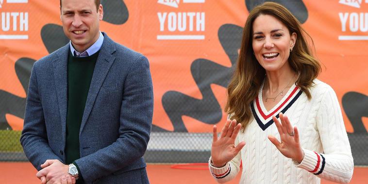 Príncipe William y Kate Middleton sonriendo y aplaudiendo.
