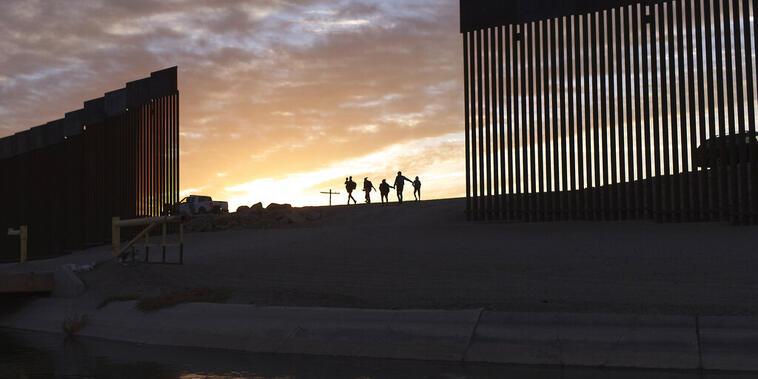 Migrantes cruzan la frontera por un hueco cerca de Yuma, Arizona