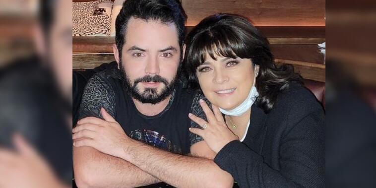 José Eduardo Derbez con su mamá abrazados