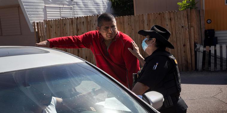 La agente del condado de Maricopa, Darlene Martínez, habla con un inquilino después de entregar una orden de desalojo por falta de pago de la renta el 7 de octubre de 2020 en Phoenix, Arizona.