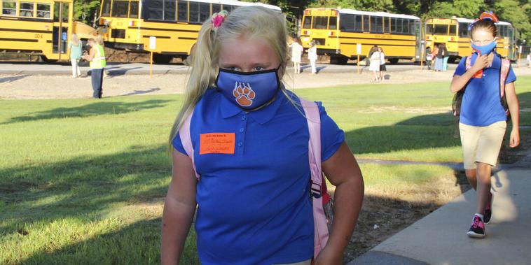 Unas alumnas yendo a clase en Missouri