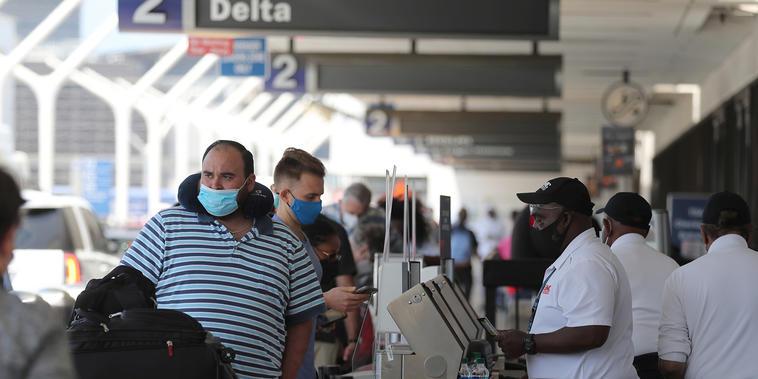 Los pasajeros hacen cola en el aeropuerto de LAX mientras continúa la pandemia del coronavirus, en Los Ángeles, California, 27 de mayo de 2021.