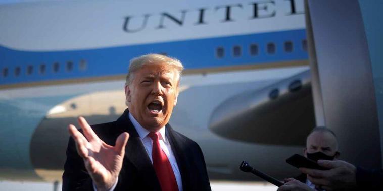 El entonces presidente Donald Trump habla con los medios de comunicación en la Base Conjunta Andrews, Maryland, el 12 de enero de 2021 antes de abordar el Air Force One para visitar el muro fronterizo entre Estados Unidos y México en Texas.