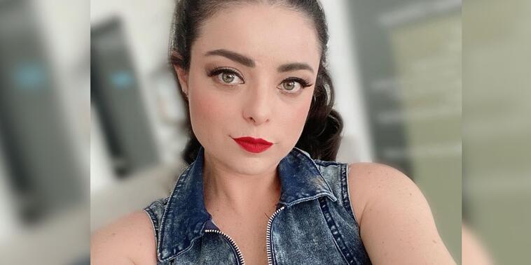 Violeta Isfel posando seria
